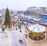 Festività di Natale con l'albero di Natale principale, stalle del mercato e Immagini Stock
