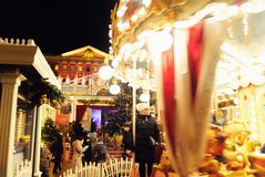 Festivités de vacances d'hiver avec un carrousel près de bureau du ` s de maire à Moscou, Russie image libre de droits