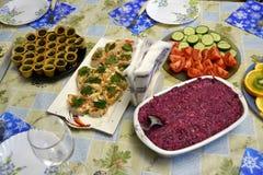 Festivo ha servito la tavola con un'abbondanza di insalate e di spuntini fotografia stock