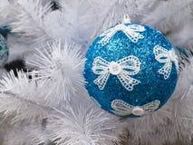Festivo redondo de la decoración azul de la bola del árbol de abeto blanco Fotografía de archivo libre de regalías