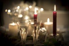 Festivos de la Noche Vieja el paisaje de la luz de una vela con los vidrios de sparkl Fotos de archivo libres de regalías