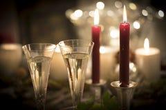 Festivos de la Noche Vieja el paisaje de la luz de una vela con los vidrios de sparkl Foto de archivo libre de regalías