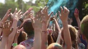 Festiwal kolory, ludzie rzuca farby zbiory wideo