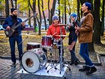Festiwal muzyki zespół Przyjaciele bawić się na perkusja instrumentów miasta parku obraz stock