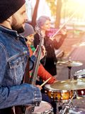 Festiwal muzyki zespół Przyjaciele bawić się na perkusja instrumentów miasta parku Zdjęcie Stock