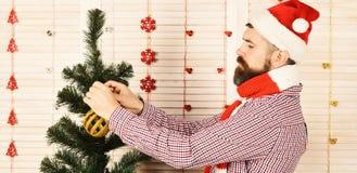 Festiwale i dekoraci pojęcie Mężczyzna trzyma złotą Bożenarodzeniową piłkę zdjęcia stock