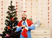 Festiwale i teraźniejszości pojęcie Święty Mikołaj z z podnieceniem twarzą obraz royalty free