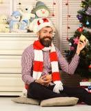 Festiwale i wystroju pojęcie Mężczyzna z brodą trzyma Bożenarodzeniowe piłki zdjęcia royalty free