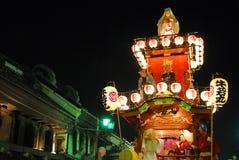 Festiwalu pławik z muzykami i daemon przy nocą zdjęcie stock