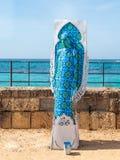 Festiwalu uczestnik dedykujący Purim stojaki ubierał w czarodziejskim statua kostiumu w Caesarea, Izrael Zdjęcie Stock