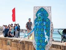 Festiwalu uczestnik dedykujący Purim stojaki ubierał w czarodziejskim statua kostiumu w Caesarea, Izrael Obraz Royalty Free