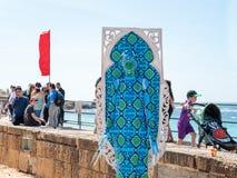 Festiwalu uczestnik dedykujący Purim stojaki ubierał w czarodziejskim statua kostiumu w Caesarea, Izrael Zdjęcie Royalty Free