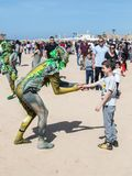 Festiwalu uczestnik dedykujący Purim ubierał w baśniowym kostiumu wita gościa w Caesarea, Izrael Zdjęcie Stock