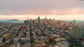 Festlegung Wolken-Sonnensatzes golden gate bridge Vogelperspektive-des städtischen Sans Francisco Low stock video footage