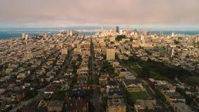 Festlegung Wolken-Sonnensatzes golden gate bridge Vogelperspektive-des städtischen Sans Francisco Low stock footage
