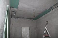 Festlegungsgipsbretter an der Decke während des Baus Lizenzfreies Stockfoto