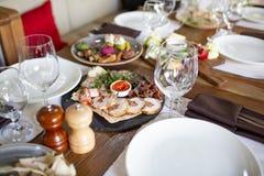 Festlich gediente Tabelle am Restaurant für ein Bankett stockbilder