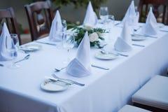 Festlich gelegte Tabelle mit weißen Tischdeckengläsern und -platten lizenzfreie stockfotografie