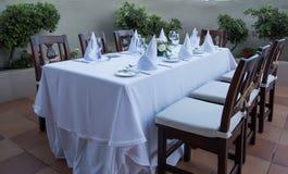 Festlich gelegte Tabelle mit weißen Tischdeckengläsern und -platten stockfotos