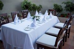 Festlich gelegte Tabelle mit weißen Tischdeckengläsern und -platten lizenzfreies stockbild