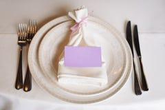 Festlich verzierte Tabelle für Heiratsfeier im Restaurant lizenzfreie stockfotos