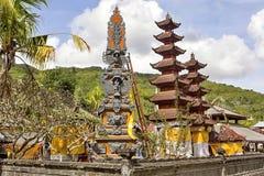 Festlich verzierter Tempel während der hindischen Zeremonie Nusa Penida-Bali, Indonesien Stockfotos