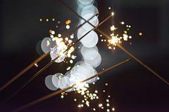 Festliche abstrakte Wunderkerzen geleuchtet für Feier Stockbild