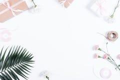 Festliche Anordnung: Kästen mit Geschenken, Bändern und Blumen auf wh stockbild