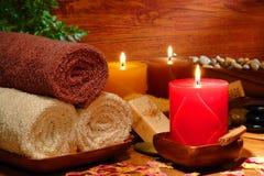 Festliche Aromatherapy Kerzen und Tücher in einem Badekurort Stockbilder