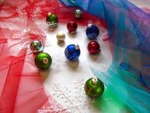 Festliche Bälle und Schneeflocken auf dem Weihnachtsbaum Stockfotografie