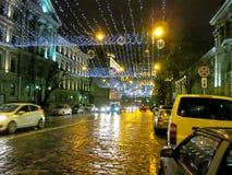 Festliche Beleuchtung entlang der Nachtalten Straße von Kiew belichtet die Straße mit hellen gelben Lichtern Lizenzfreies Stockfoto