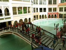Festliche Brücke, Mall Venedigs Grand Canal, Taguig, Metro Manila, Philippinen lizenzfreies stockbild