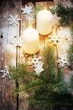 Festliche brennende Kerzen mit Weihnachtsdekor-Schneeflocken und grünem Tannen-Baum Lizenzfreies Stockbild