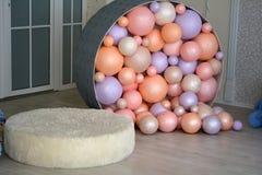 Festliche bunte Ballone im Raum Lizenzfreie Stockfotos