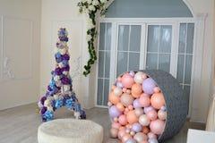 Festliche bunte Ballone im Raum Lizenzfreie Stockbilder