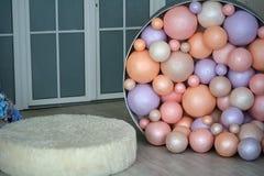 Festliche bunte Ballone im Raum Stockfoto