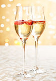 Festliche Champagnerflöten mit Erdbeeren Stockfoto