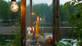 Festliche Dekoration mit Kerzen und Lampen stock video