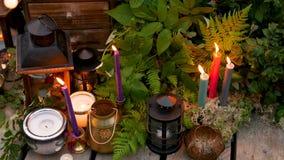 Festliche Dekoration mit Kerzen und Lampen auf dem Hintergrund des Mooses verlässt stock footage