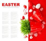 Festliche Dekoration mit weißen roten Ostereiern Stockfotos