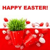 Festliche Dekoration mit weißen roten Ostereiern Stockfoto