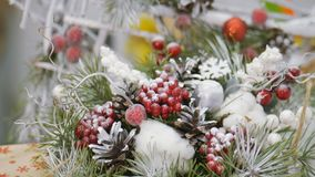 Festliche Dekorationen Die Arbeit eines Designerdekorateurs Am Vorabend des Weihnachten stock footage