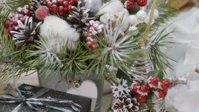 Festliche Dekorationen Die Arbeit eines Designerdekorateurs Am Vorabend des Weihnachten stock video