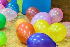 Festliche farbige Ballone auf dem Boden Lizenzfreie Stockfotografie