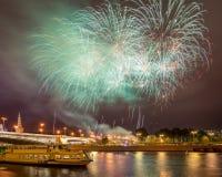 Festliche Feuerwerke über dem Moskau der Kreml lizenzfreie stockfotografie