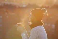 Festliche Frau, die eine Tasse Tee im Weihnachten drnking ist Lizenzfreies Stockfoto