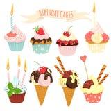 Festliche Geburtstagskuchen und Eiscremesatz Stockfotos
