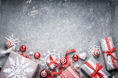 Festliche Geschenkboxen und Geschenke des Weihnachtshintergrundes, Papierschneeflocken, rote Bänder und Dekoration Lizenzfreies Stockfoto