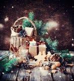 Festliche Geschenke mit den Kästen, Koniferen, Korb weinlese Gezogener Schnee Stockbild