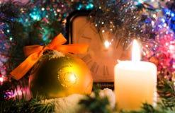 Festliche Glättungskerze Weihnachtsbaumtannenzweige umfasst mit Schnee Stockfotos